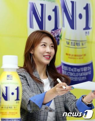 女優ハ・ジウォン、「プルミルN-1と共にするファンサイン会」開催。@ソウル・ハナロマート良才店。 (3枚)