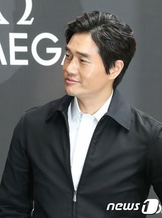 映画監督「兼」俳優ユ・ジテ、展示会に参加。ブランドOMEGA。