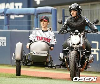 俳優シン・ドンウク、始球式。韓国プロ野球KIAタイガース対LGツインズ。@ソウル・蚕室野球場。