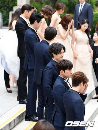 SHINHWA エリック、女優ナ・ヘミ の結婚式に参加しているSHINHWA(神話)。。ソウルの教会。