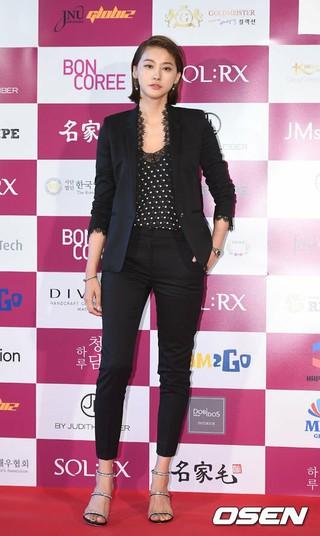 女優ユ・イニョン、「2017韓国映画を輝かせたスター賞」授賞式に出席。