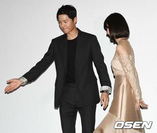 俳優ソン・ジュンギ、共演イ・ジョンヒョン を優しくエスコート。映画「軍艦島」のマスコミ配給試写会で。