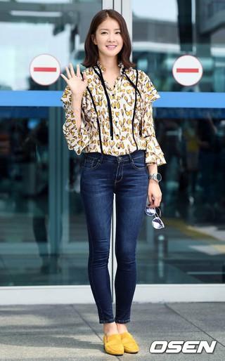 女優イ・シヨン、画報撮影のためスペイン・バルセロナに向け出国。4日午前、仁川国際空港。妊娠中も変化のないスタイル。