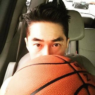 俳優ペ・ジョンナム、SNS更新。バスケットボールを持って。