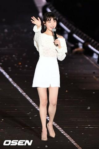 IU、「PSY ビショビショショー SUMMER SWAG」にゲスト出演。@ソウル・蚕室総合運動場内補助競技場。