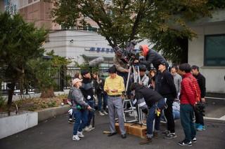 俳優ソン・ガンホ 主演「タクシー運転手」、週末ボックスオフィス1位!未公開のスチル画像を公開。