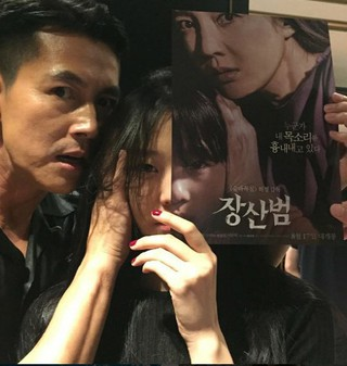 女優イ・ソム、SNS更新。映画のポスターを持って俳優チョン・ウソンと。