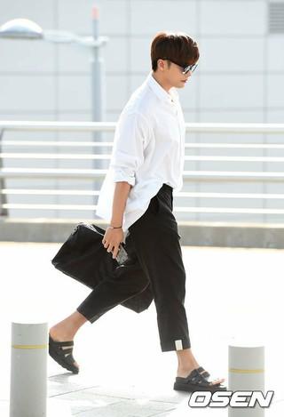 俳優ソンフン、空港ファッション。ファンミーティングのため台湾に向けて出国。