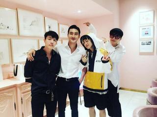 除隊のSuper Junior シウォン、メンバーと再開。D&amp&#59;Eの「KCON LA」出発の前。