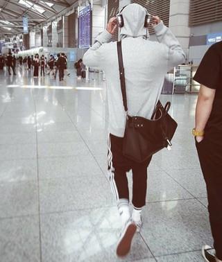 歌手ロイ・キム、SNS更新。米国に向けて出国。