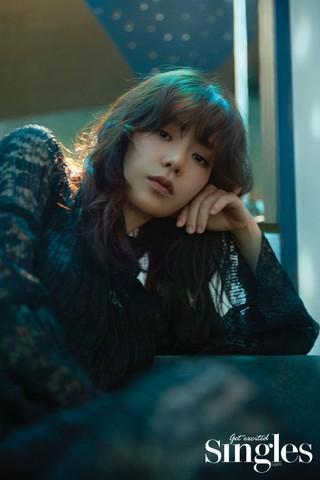 女優イム・ジヨン、画報公開。雑誌「Singles」。