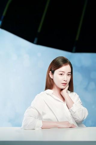 女優キム・テヒ、ビューティー画報の撮影現場ビハインドカット公開。