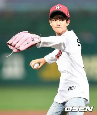 サムエル、始球式。韓国プロ野球SKワイバーンズ対ロッテ・ジャイアンツ。@仁川・SK幸福ドリーム球場。