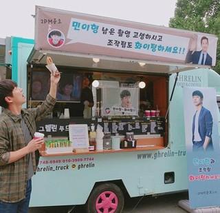 2PM ジュノ、俳優ナムグン・ミン にコーヒーケータリングをプレゼント。2人はドラマ「キム課長」で縁を深めた。ナムグン・ミンは現在、ドラマ「操作」の撮影中。