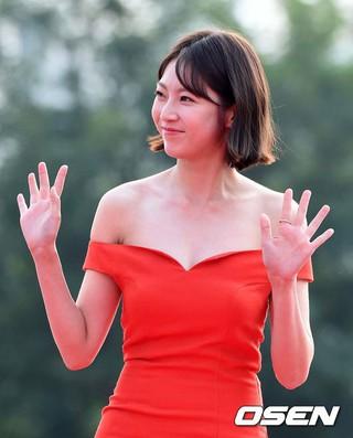 女優コン・スンヨン、「ソウルドラマアワード2017」レッドカーペット。