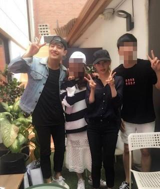 俳優カン・ハヌル、IU(アイユー)、韓国マスコミが「交際説」の報道。●ドラマ「月の恋人-歩歩驚心:麗」で共演の縁。●4人で会った時の写真。●全身真っ黒の「カップルルック」?