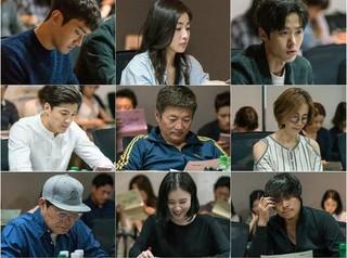 Super Junior シウォン、現場公開。ドラマ「変革の愛」の台本読み合わせの現場。女優カン・ソラ、俳優コンミョンとの共演で除隊後の初ドラマ。入隊前の作品「彼女は綺麗だった」で