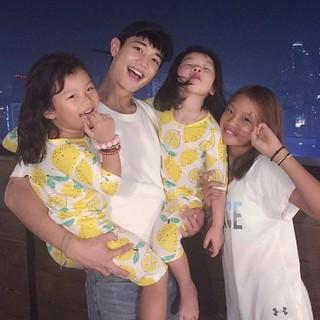SHINee ミンホ、サッカー選手イ・ドングクの娘たちと満面の笑み。イ・ドンククの妻イ・スジンさんのInstagramより。
