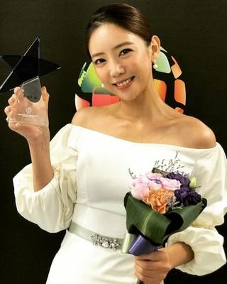 女優イ・テイム、2017 Korea Drama Awardsでホットスター賞受賞。「とても嬉しく幸せ」。