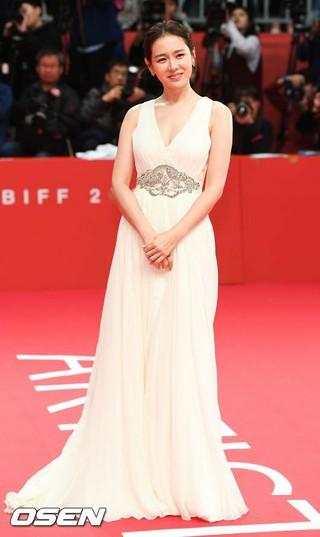女優ソン・イェジン、「第22回釜山国際映画祭」レッドカーペットに登場。
