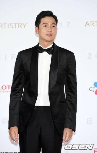 俳優イ・ジョンジン、「第22回釜山国際映画祭」レッドカーペットに登場。