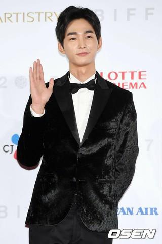 俳優イ・ウォングン、「第22回釜山国際映画祭」レッドカーペットに登場。