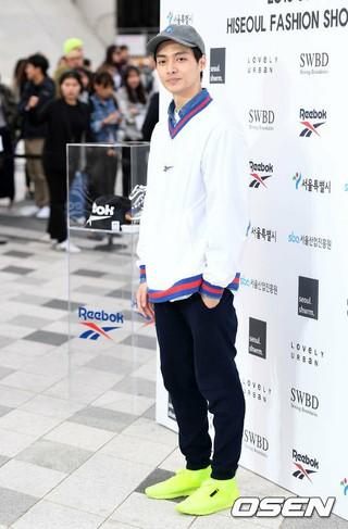 俳優キム・ジュン、ファッションショーに出席。13日午後、東大門DDP。