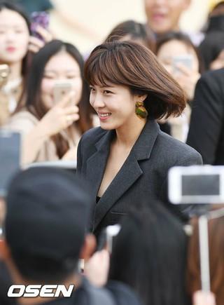 女優ハ・ジウォン、映画「Manhunt」の野外舞台挨拶に出席。原題は「追捕 Manhunt」、福山雅治も出演。第22回釜山国際映画祭。