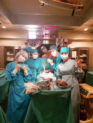 女優ハ・ジウォン、SNS更新。ドラマ「病院船」撮影現場での記念ショット。