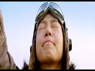 故キム・ジュヒョク、2005年作の映画「青燕」が再照明。故チャン・ジニョンとの共演だったが、「親日論争」に巻き込まれ興行は失敗。歌手イ・スンチョル原曲のOST「西側の空」はULAL