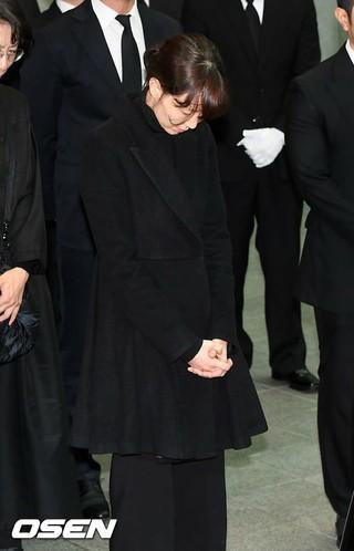 女優イ・ユヨン、恋人の最期を見送る。故キム・ジュヒョクの出棺式。