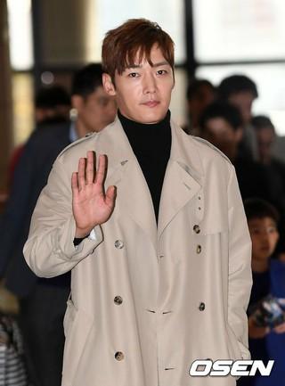 俳優チェ・ジンヒョク、日本の東京に出国中。ファンミーティングのため。金浦(キンポ)国際空港。