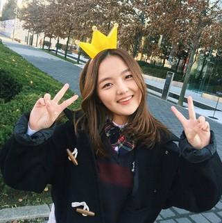 釜山国際映画祭でのセクシーなドレスが話題を独占した女優ソ・シネ、SNS更新。「王冠遊び」。