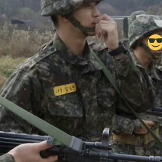 俳優キム・スヒョン、軍隊での様子が公開。新兵さん、銃口の方向が危ない。。