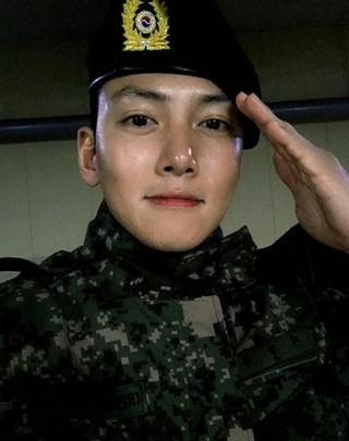 俳優チ・チャンウク、SNSで軍服姿公開。