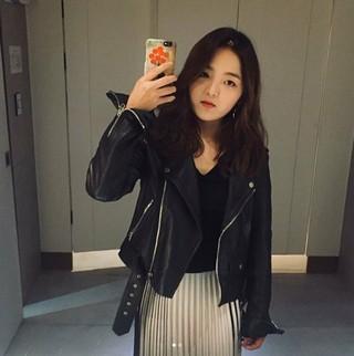 女優ソ・シネ、皮ジャケットで近況公開。釜山国際映画祭でのセクシーなドレスが話題となった子役出身の女優。