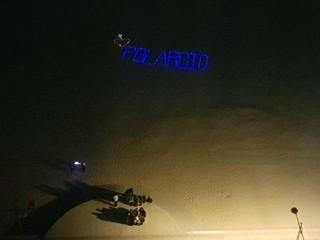歌手シン・スンフン、ファンのサプライズイベントに感動したクリスマス。公演後、夜の海を見ようとホテルバルコニーに出たら…暗闇の海辺に浮かんだ「POLAROID」の文字。「POLARO