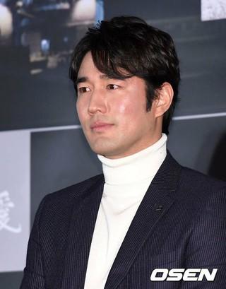 俳優チョ・ハンソン、マスコミ試写会に参加。映画「帰れ、釜山港へ(愛)」で俳優ソンフンと双子の役で共演。双子の避けられない運命を画いた映画。1月3日、韓国ロードショー。