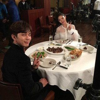 女優ファン・スンオン、SNS更新。ドラマ「ロボットじゃない」撮影現場で撮ったユ・スンホ とのツーショット写真公開。