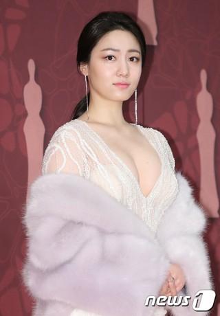 女優リュ・ヒョヨン、「2017MBC演技大賞」レッドカーペットに参加中。ソウル上岩(サンアム)MBC。T-ARA ファヨンの双子の姉。