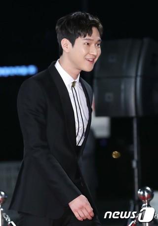 俳優コ・ギョンピョ、レッドカーペットに参加中。「2017 KBS 演技大賞」、ソウル汝矣島(ヨイド)。
