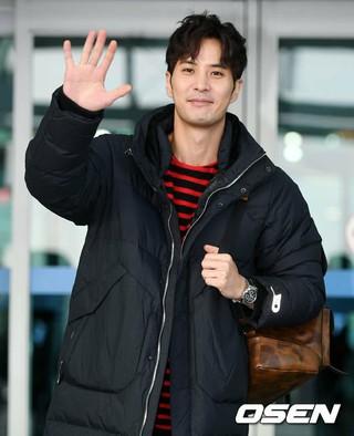 俳優キム・ジソク、空港ファッション。海外スケジュールのためインドネシア・バリ島へ出国。