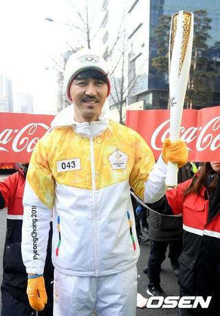 俳優チャ・スンウォン、平昌五輪聖火リレーに参加。