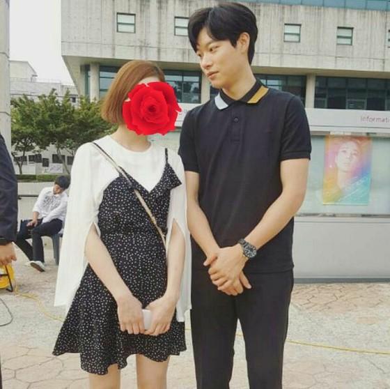最近、リュ・ジュンヨルがファンと写真を撮る時に必ずするポーズ。 | K-POP・韓流ブログならwowKorea(ワウコリア)