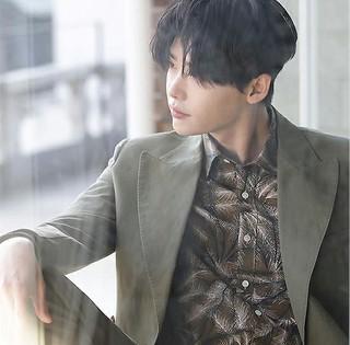 俳優イ・ジョンソク、窓際に座る紳士、男性美溢れるグラビアを公開♪