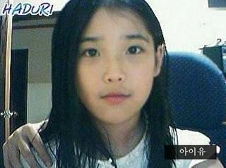 歌手IU、長年のミステリー写真が解決!?肩に乗った手は誰のもの?