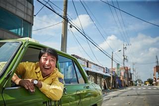 映画「タクシー運転手」、主演ソン・ガンホの運転手姿が公開!