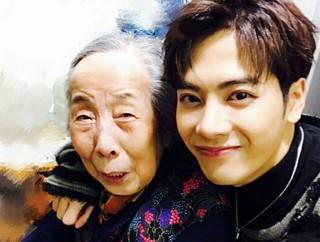 「GOT7」ジャクソン、おばあちゃんっ子な一面を見せる。