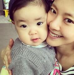 女優イ・ユンジ、お人形さんのような娘ちゃんとの2ショット。そっくりな母娘。