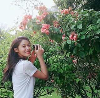 「AOA」ソリョン、可愛らしい花を見てにこにこ笑顔を見せる♪